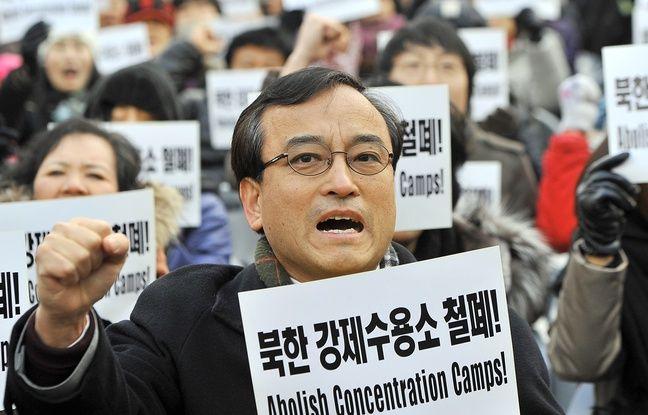 Un manifestant sud-coréen porte une pancarte