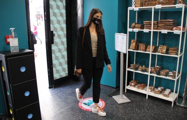 Une visiteuse au Musée de l'Illusion le 14 mai à Paris.
