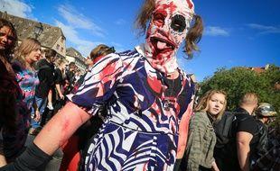 Après avoir réunie jusqu'à 5.000 personnes, la traditionnelle zombie walk du festival européen du festival fantastique de Strasbourg se déroulera de nouveau cette année en déambulation, après une année en mode apéro zombie. Illustration