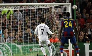 Manchester United's Cristiano Ronaldo (L) fails to score from a penalty kick against Barcelona during their Champions League semi-final first leg soccer match at Camp Nou stadium April 23, 2008. REUTERS/Gustau Nacarino (SPAIN)