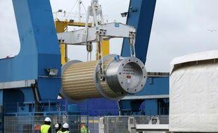 Des déchets nucléaires suisses hautement radioactifs, traités en Grande-Bretagne, sont débarqués d'un navire au port de Cherbourg, le 14 septembre 2015