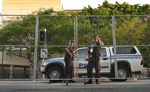 Deux policiers assurent la sécurité le 14 mars 2014 à Brisbane en Australie.