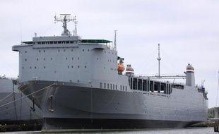 Le MV Cape Ray (g), amarré dans le port de la base navale de Norfolk (Virginie, est), le 6 mai 2012