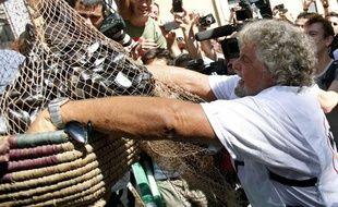 Le comédien Beppe Grillo déverse des moules devant le Parlement italien pour protester contre le plan d'austérité, le 10 septembre 2011.