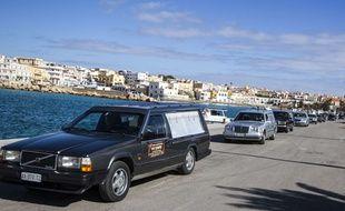 Les corbillards transportant le corps des 29 migrants morts de froid le 8 février 2015, à Lampedusa en Sicile.