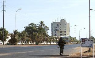 Un membre de l'armée marche dans les rues vides de Banjul