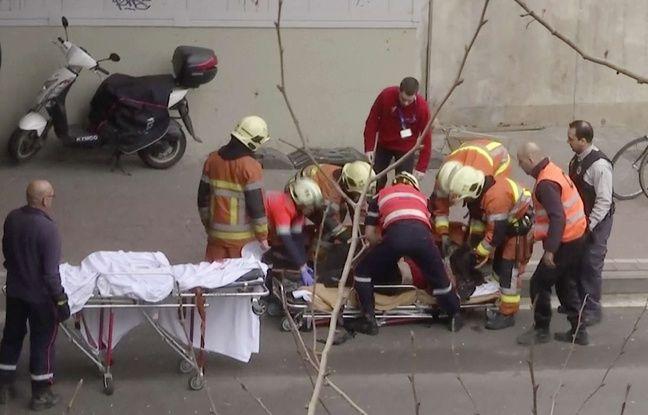 Un blessé est transporté par les secours près d'une station de la station de métro de Bruxelles où a eu lieu une explosion, le 22 mars 2016.