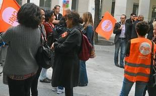 Des contractuels et des employés ont manifesté lundi devant le CCAS.