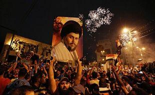 Des partisans de Moqtada Sadr fêtent la victoire de sa liste aux législatives irakiennes, le 14 mai 2018.
