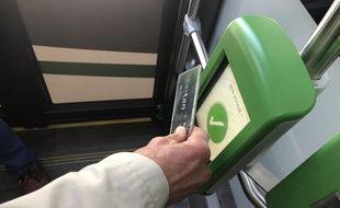 Un usager valide son abonnement dans un bus à Nantes, le 20 août 2019