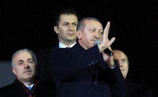Le gouvernement turc a donné mercredi un nouveau coup de balai au sein de la police et de la justice, soupçonnées de jouer contre lui dans le scandale de corruption qui l'éclabousse, s'attirant une ferme mise en garde de ses partenaires européens.