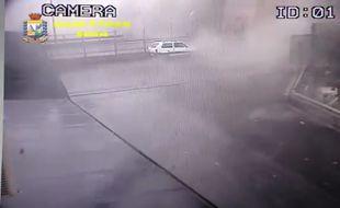 Une caméra placée sous le pont a filmé le moment où celui-ci s'écroule.