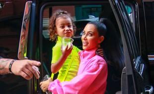 North West dans les bras de sa maman, la star de la téléréalité Kim Kardashian