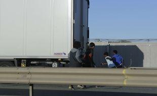 Illustration de réfugiés tentants d'entrer dans un camion le 2 septembre 2017, près de Calais.