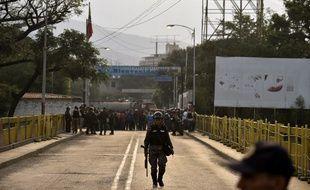 Un militaire vénézuélien, sur le pont Simon Bolivar à la frontière avec la Colombie ce samedi 23 février.