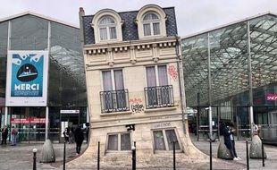 « Maison fond » est une œuvre de Leandro Erlich située sur le parvis la gare du Nord (10e arrondissement)