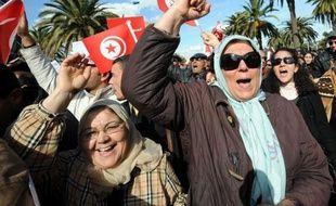 """A quelques mètres, deux jeunes femmes s'époumonnent: """"La Tunisie est libre, non aux esprits arriérés!"""" """"Ce n'est pas parce qu'on est musulman qu'on est islamiste. J'en ai assez que l'islam soit utilisé contre nous"""", explique Nadia, une jeune cadre voilée."""