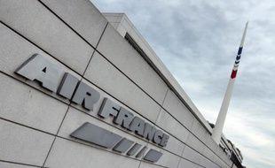 Le puissant syndicat de pilotes d'Air France SNPL a validé jeudi le projet d'accord réorganisant leur travail et leurs rémunérations, un avis qui facilitera en partie l'application du plan de restructuration mené par la direction après le refus des hôtesses/stewards.
