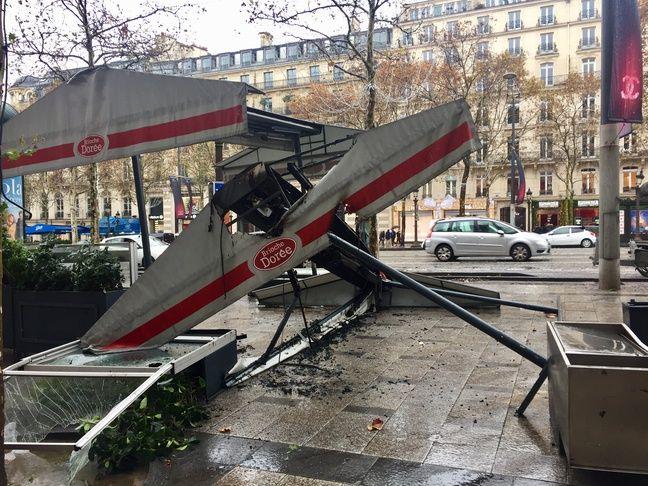 Les terrasses de plusieurs enseignes de restauration sur les Champs-Elysées ont été partiellement détruites en marge de la manifestation des