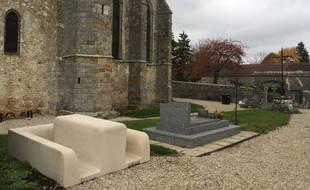 La MomTomb, tombe-pique-nique conçue par Wolfgang Natlacen a été installée dans le cimetière de Mons-en-Montois, en Seine-et-Marne.