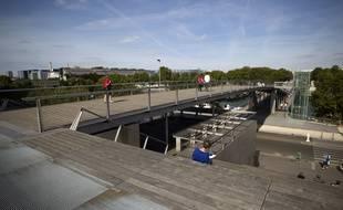 Les ascenseurs de la passerelle Simone de Beauvoir ont été hors service pendant plus de six mois, en raison de la crue de la Seine en mai 2016.
