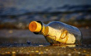 Une bouteille à la mer. Illustration.