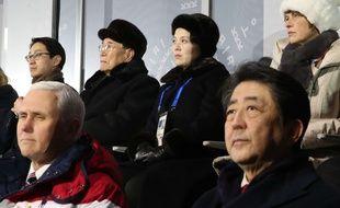 Mike Pence (à g.) et le Premier ministre japonais Shinzo Abe lors de la cérémonie d'ouverture des JO de Pyeongchang, le 10 février 2018. Derrière eux, le haut responsable nord-coréen Kim Yong-nam et la sœur du dirigeant Kim Jong-un.