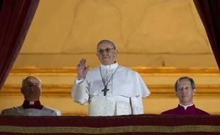 Le cardinal Jorge Bergoglio, apparaît au balcon de la basilique St Pierre de Rome après avoir été élu pape, le 13 mars 2013 au Vatican.