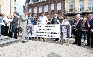 Des proches d'Aurélie Châtelain rendent hommage à la jeune femme en avril 2015 à Caudry, dans le Nord