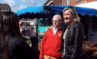 """""""Regarde, c'est Marine le Pen"""" : émus ou indifférents, les habitants de Courrières ont assisté mercredi matin, sur le marché, aux premiers pas de la candidate du Front national dans la campagne pour les législatives de la 11e circonscription du Pas-de-Calais."""