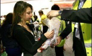A partir de lundi, les voyageurs ne pourront plus prendre avec eux en cabine que des flacons ou des tubes d'une contenance inférieure à 100 ml. L'ensemble de ces récipients devra tenir dans un sac en plastique transparent d'un litre maximum.