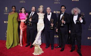 """Les acteurs et l'équipe de """"Le Jeu de la Dame"""" aux 73e Emmy Awards, le 19 septembre 2021, au LA Live à Los Angeles."""