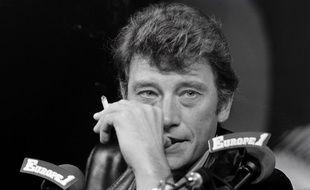 Johnny Hallyday  alors qu'il participe à une émission de radio dans les studios d'Europe 1 à Paris le 1 novembre 1983