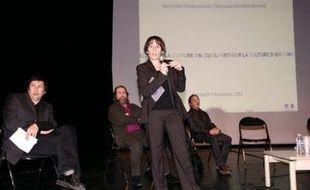 """La secrétaire d'Etat à la politique de la Ville, Fadela Amara, s'est rendue en """"copine"""" en fin de semaine à Dourdan (Essonne) à l'université d'automne de l'organisation Ni putes ni soumises (NPNS) qu'elle présidait avant d'entrer au gouvernement."""