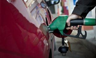 """Soixante pour cent des Français pensent que François Hollande (PS) ne tiendra pas """"son engagement"""" de procéder à un blocage temporaire des prix de l'essence en cas de nouvelle hausse, s'il est élu à l'Elysée en mai, selon un sondage Ifop pour Sud Ouest Dimanche."""