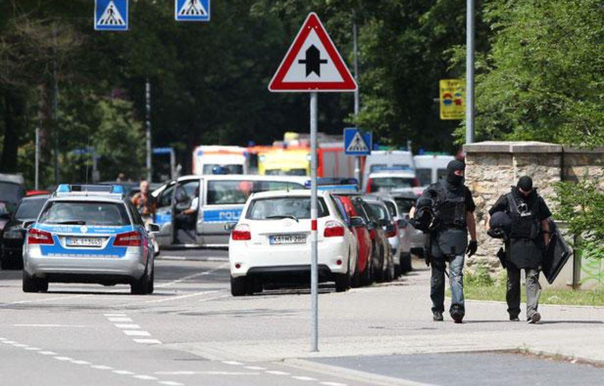 Des policiers quittent les lieux d'une prise d'otage à Karlsruhe, en Allemagne, le 4 juillet 2012. – AFP PHOTO / DANIEL ROLAND