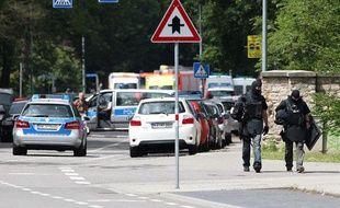 Des policiers quittent les lieux d'une prise d'otage à Karlsruhe, en Allemagne, le 4 juillet 2012.