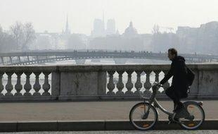 Un homme à vélo sur le pont de la Concorde à Paris, lors d'un pic de pollution le 18 mars 2016