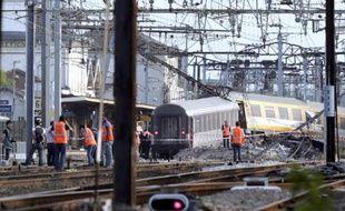 Des secouristes le 12 juillet 2013 dans la gare de Brétigny-sur-Orge après l'accident de train