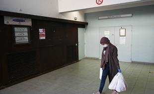 Une étudiante apporte des sacs d'aide alimentaire dans une résidence universitaire de Marseille, en novembre 2020