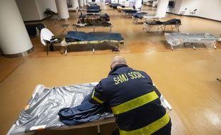Un centre d'hébergement pour sans-abris au Palais des festivals et des congrès de Cannes, le 24 avril.