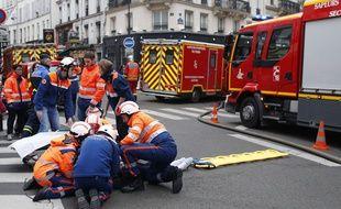 Interventions des pompiers et des secours après l'explosion d'un immeuble à cause d'une fuite de gaz dans le 9e arrondissement de Paris, le 12 janvier 2019.