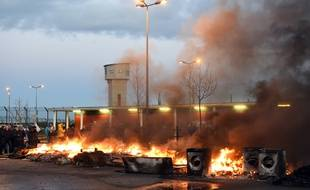 Les surveillants de la prison de Vendin-le-Vieil bloquent l'entrée de l'établissement.