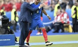 Payet félicité par Deschamps à sa sortie.