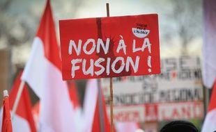Manifestation contre la fusion de l'Alsace avec la Lorraine et la Champagne-Ardenne dans les rues de Strasbourg et près des institutions européennes, le 13 décembre 2014.