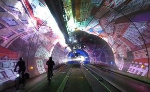 Les cyclistes et piétons lyonnais découvrent chaque jour les étonnantes images de l'agence Skertzò, au cœur du tunnel mode doux de la Croix-Rousse. -  J.Laugier / 20 Minutes