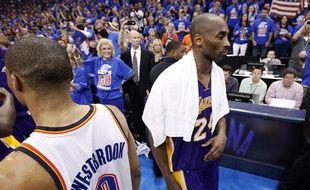 Kobe Bryant, des Los Angeles Lakers (à droite), croise le joueur du Thunder Russel Westbrook, le 22mai 2012, à Oklahoma.