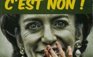 """Une affiche de la ministre de la Santé, Marisol Touraine, avec comme inscription """" Paquet neutre, hausse des prix du tabac: C'est non!"""" est brandie lors d'une manifestation de buralistes, le 22 juillet 2015 à Paris"""