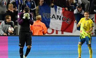 Hugo Lloris en détresse après une erreur qui coûte la défaite à l'équipe de France en Suède (2-1), le 9 juin 2017.