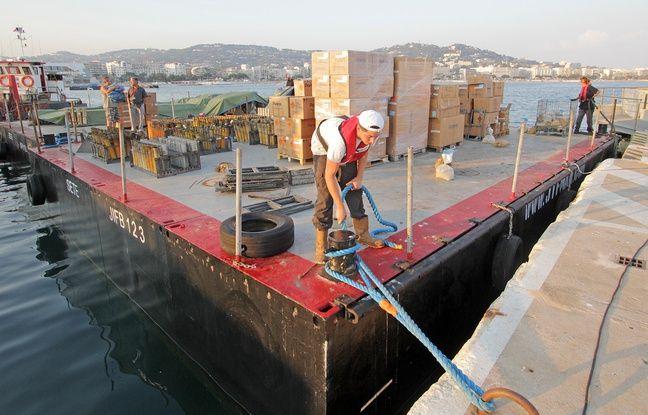 Trois barges et dix bargettes sont déployées dans la baie à chaque feu d'artifice
